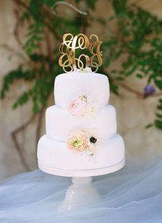 gold monogram cake topper | Landon Jacob #wedding
