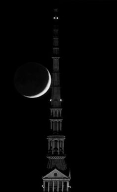 Favolosa Mole Antonelliana con luna. https://www.facebook.com/mondanita.torino.piemonte.italia/photos/a.891177360911497.1073741825.891173707578529/913809565314943/?type=1