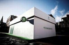 A Adidas Original armou uma loja temporária, em Londres, no formato de uma caixa de tênis gigante, para marcar o retorno do modelo icônico assinado pelo tenista Stan Smith.   O prédio verde e branco é igualzinho a caixa do calçado criado especialmente para o atleta californiano, que foi uma estrela das quadras na década de 1970.