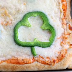How cute is this??? Shamrocks made out of bell peppers to put on pizza for St. Patty's day. LOVE this blog!