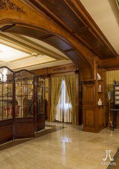 Salón clásico realizado artesanalmente por Ebanistería Arenas // Classic events room created by Arenas Joinery.