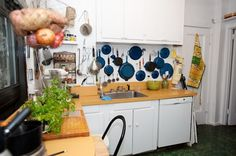 love those blue pots and pans on the wall