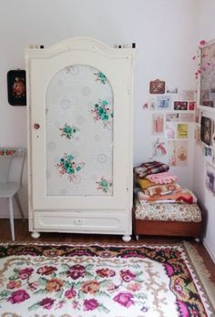 Easy and quick furniture makeover: line it with a panel of vintage fabric!