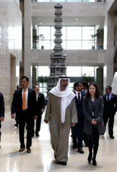 Abu Dhabi's Crown Prince Sheikh Mohammed bin Zayed Al Nahyan (C) of the United Arab Emirate (UAE) visits the National Museum of Korea in Seoul, South Korea, 27.02.2014.