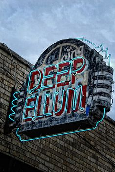 Deep Ellum :) two of my fav things in an attractive neon sign <3