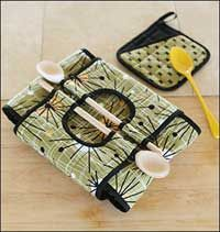 I love this casserole carry-all pattern!  Notice that wooden spoons are used for the handle - too cute!