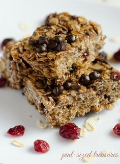Cranberry, chocolate chips and almonds are all included in this super-easy, super-yummy granola bar recipe. Granola bar baking tips included too! #granola #cookiesandbars www.pintsizedtreasures.com