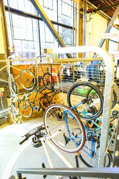 自転車通勤している社員も多くいます。省スペースのため、吊るして収納!