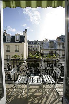 Parisian Balcony #balkon #inspiratie #kussentjes #bistroset | balkonafscheiding.nl