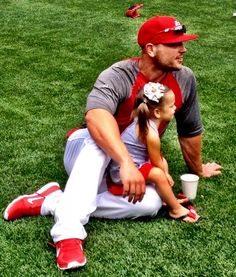 Matt Holliday and his daughter on father's day at batting practice. Seriously, this just makes me want to marry a baseball player even more.