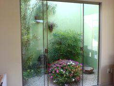 Utilize pedras, texturas e plantas que se adaptem ao ambiente.