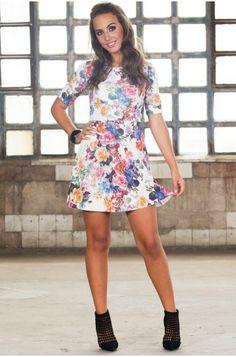 O vestido de neoprene, tecido queridinho da estação, tem estampa floral que segue chega com força total ao guarda-roupa feminino do Outono Inverno 2014. Compre on-line: www.venuss.com.br
