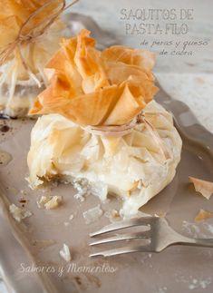 Saquitos de pasta filo con pera y queso de cabra.