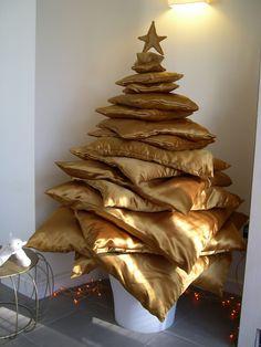 Un arbol de navidad con cojines