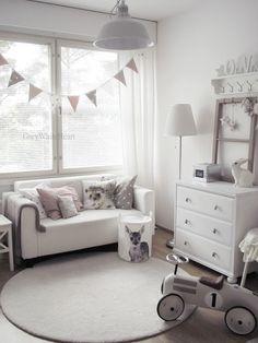 Simple nursery decor. Love the bunting over the window! GreyWhiteHeart: lastenhuone