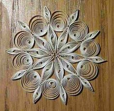 Handmade quilled snowflake video tutorial. French with excellent English subtitles. I can't wait to make these for my tree this year! Beautiful world: More Christmas decorations - Encore des décos de Noël