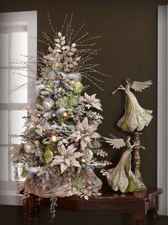 Decoración de árbol de navidad con hojas de muérdago de color dorado. #DecoracionNavidad