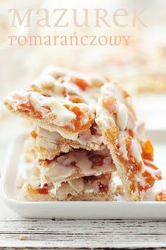 Mazurek z marmoladą pomarańczową z suszonymi morelami, polewą z białej czekolady i migdałami. Z likierem pomarańczowym.