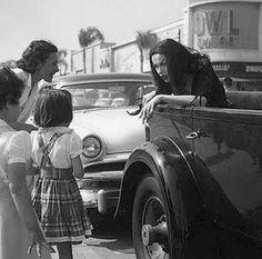 Vampira, actriz de Ed Wood, asusta a los niños de los años 50