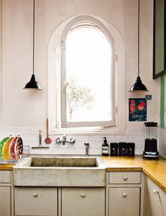 pretty ordinary kitchen, then zap! that fantastic sink! (window is a bit of all right too) Парижки апартамент с невероятна гледка | 79 Ideas