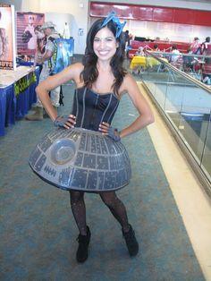 Chica Con Un Vestido De La Estrella De La Muerte