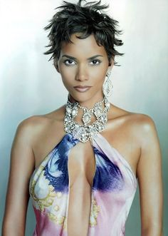 Halle Berry - She Always Looks Flawless Because Of The Way She Presents Herself And Leaves You Guessing With What She Wears And Her Different Hairstyles. She Defines Sexiness! peopl, celebrity hairstyles, hall berri, short hairstyles, beauti, halle berry, 08celebrityhall berry荷莉貝瑞, women, berries