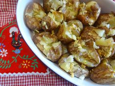 Garlicky Punched Potatoes! Bang! Let your stress out! http://portuguesediner.com/tiamaria/punched-potatoes-batatas-ao-murro/