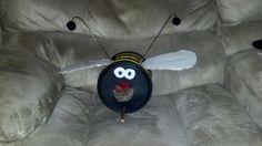 bumbl bee, wire hanger, coffe cansplast, plastic coffe, cansplast craft, hot glu, craft idea, bumble bees