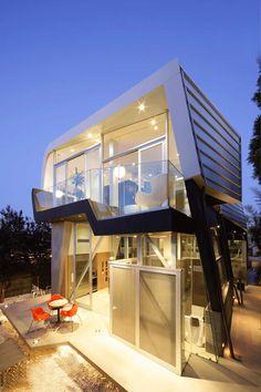 CONTEMPORARY SKYWAVE HOUSE IN LOS ANGELES