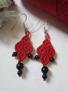 Pendientes hechos a mano de rojo macrame, con piedras de ónice