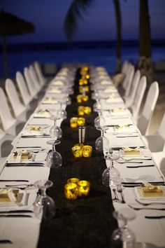 Un chemin de table foncé sur une nappe blanche, le tout parsemé de plein de petit luminions dorés. J'adore !