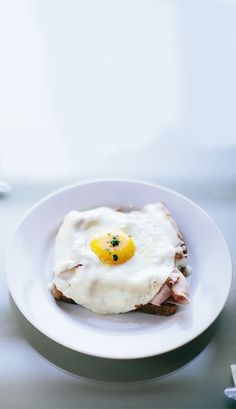 Thick sliced ham, gueyre and rich egg are layered over pan-fried break to make this beautiful open-faced Croque Madame. Enjoy with our Chardonnay!