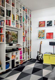Organização interessante para sala de estar ou home officeNa parede da sala de TV