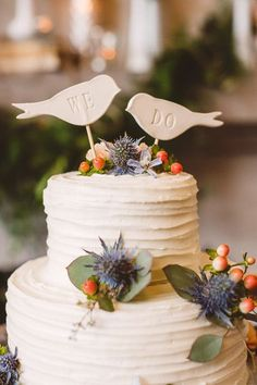 "Dekoration Hochzeit - These bird-shaped ""We Do"" wedding cake toppers stole our hearts! {Mary Margaret ..."