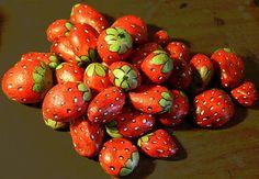 Strawberry painted rocks. / Pedras com morangos pintados para jardim