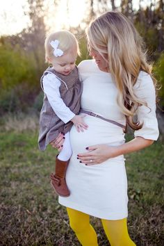 maternity family photo, maternity fashion spring, pregnancy fall outfits, family pregnancy photos, maternity pics, spring maternity outfits, cute maternity outfits, maternity pictures big sister, maternity leggings outfit