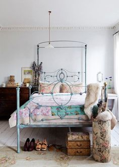 Trying to decide what color to paint my wrought iron bed frame... Boho Chic, Design Bedroom, Bedrooms Design, Vintage Bedrooms, Mary Claire, Wrought Iron, Beds Frames, Bedrooms Decor, London Apartments
