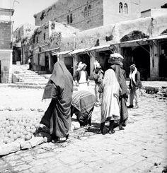 السوق القديمة، حي الوطاة، البلدة التحتا صفد، فلسطين ١٩٤٠  The old market, AlWata neighborhood, downtown Safad, Palestine 1940