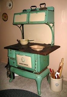old stove- this is pretty much the same one that is in the cabin up North. wish i had one like it! :)