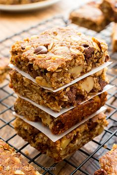 Peanut Butter Chocolate Chip Oatmeal Breakfast Bars (V+GF): a simple recipe for delicious oatmeal bars bursting with PB and chocolate. Vegan, Gluten Free.