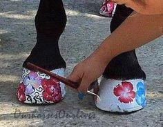 Painted flowers on horse hooves - use hoof polish!