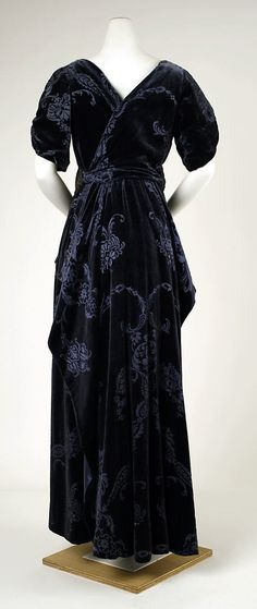 Haute Couture Charles Frederick Worth evening dress gown circa from 1910-1911. Made from silk and velvet fabric material, tulle, with beaded flower floral pattern embroidery embroidered with gold metallic threads, glass beads and sequin pailette. #Haute #Couture #Fashion House of Worth.