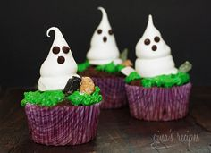 Meringue Ghosts - Cute little Halloween meringue ghosts made of sugar and egg whites, with mini chocolate chips for the eyes.