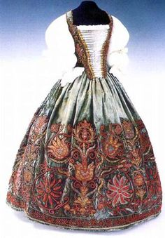 Dress of Eva Thokoly, from 1620, Magyar Nemzeti Muzeum, Helikon Kiado, foto Dabasi Andras