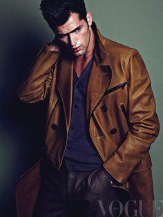 Chamarra de piel de cordero con solapas oversize y doble botonadura, y pantalón de lana y seda, ambos de Bally; cárdigan en corte clásico, de Gucci.