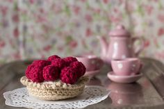 This Strawberry tartlette is a great gift for showers or play food.  Pattern by Mon Petit Fours. We recommend Vanna's Choice or get creative with color options with Vanna's Palettes.