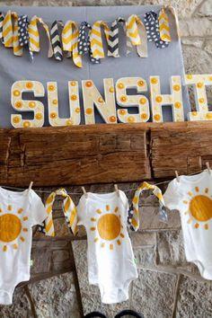 Un baby shower en gris y amarillo, via blog.fiestafacil.com / A yellow and grey baby shower, via blog.fiestafacil.com