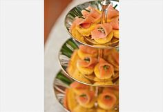 Fruteiras antigas podem ser boas pedidas para agrupar petiscos. Na foto, muffin de milho com salmão defumado  Ricardo Corrêa / Casa e Comida