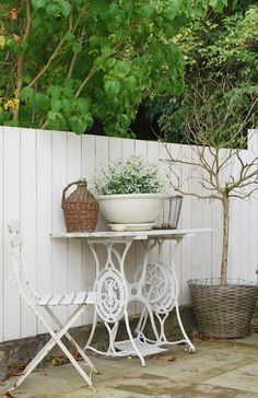 I believe that's an old sewing machine table...cool! sewing cabinet, antique sewing machines, repurpos sew, machin tabl, patio, gardens, sew machin, idé pour, old sewing machines