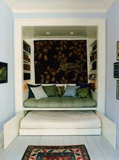 fabulous use of a very small room..... built in deep banquette with library shelves for hanging out and stored just below the extra bed when guests arrive...... Ordning & Inreda: Compact living